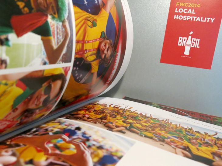 Design Gráfico - A essência do programa de hospitalidade da Coca-Cola capturada em uma publicação alegre e dinâmica